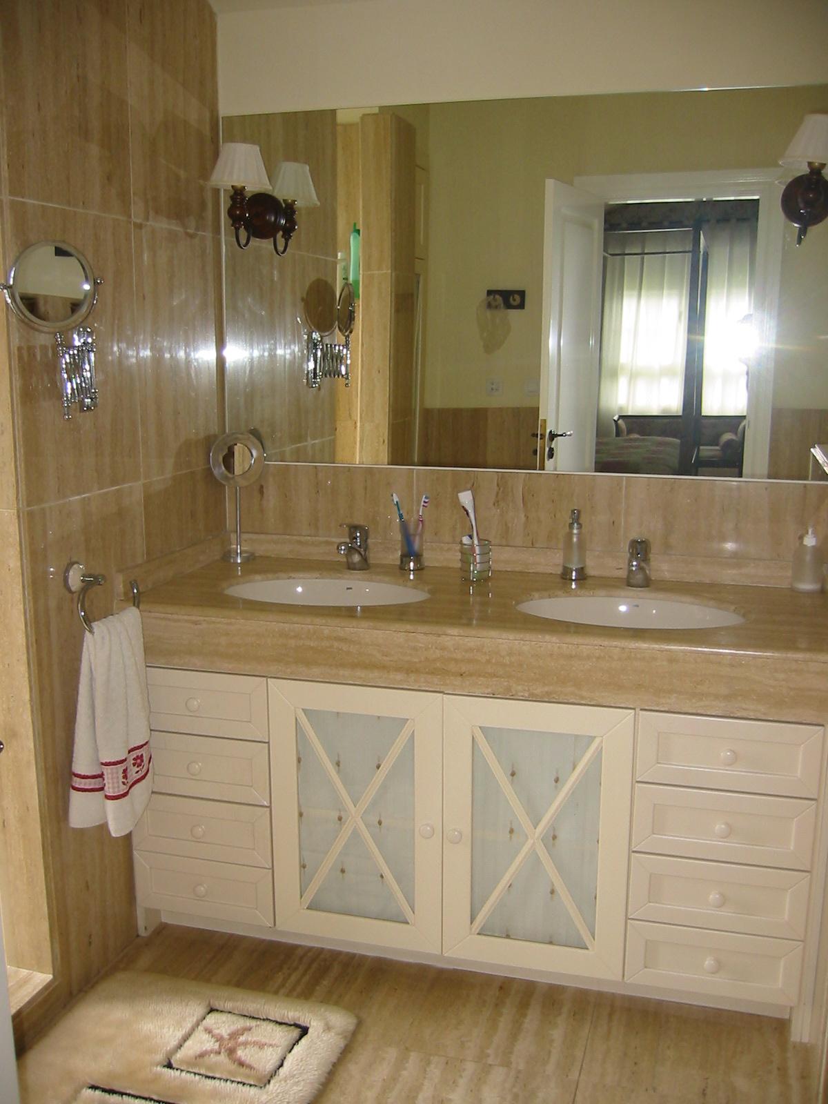 baño clásico dos lavabos