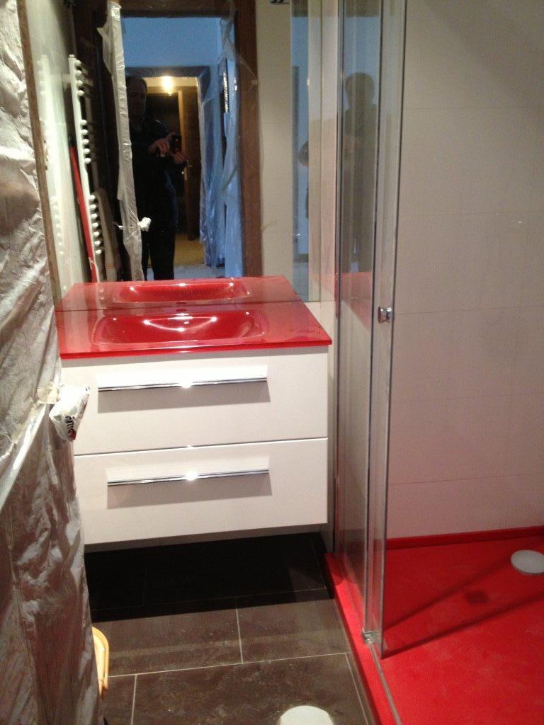 baño pequeño blanco y rojo