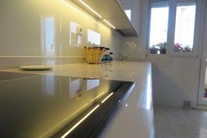 cocina blanca brillante