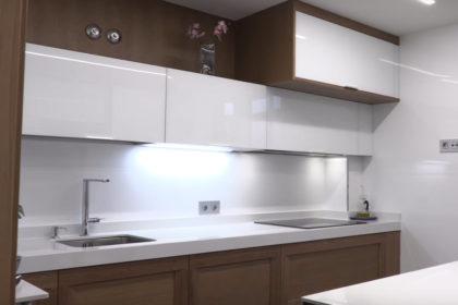 cocina cristal blanco brillo y madera