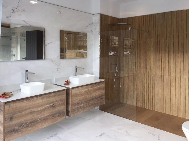 Baño moderno con dos lavabos y mobiliario en madera