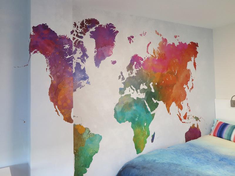 Dormitorio juvenil con papel pintado en reforma de piso en León