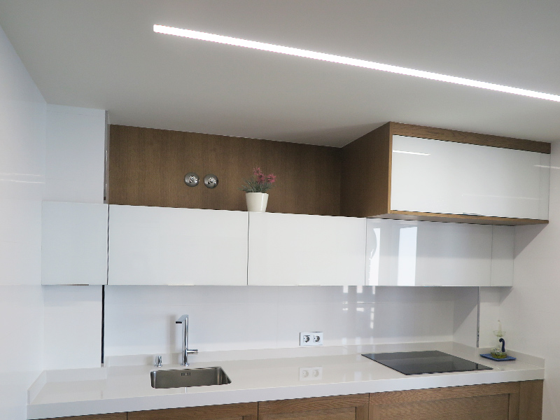 Renovación de cocina en color blanco y madera en reforma integral de piso