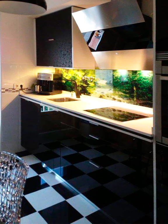Cocina en un solo frente color negro brillo e iluminación bajo muebles alto