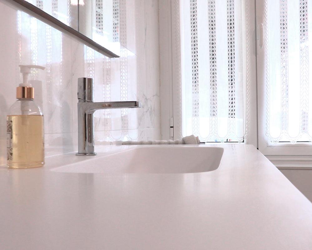 Detalle de encimera y lavabo de baño