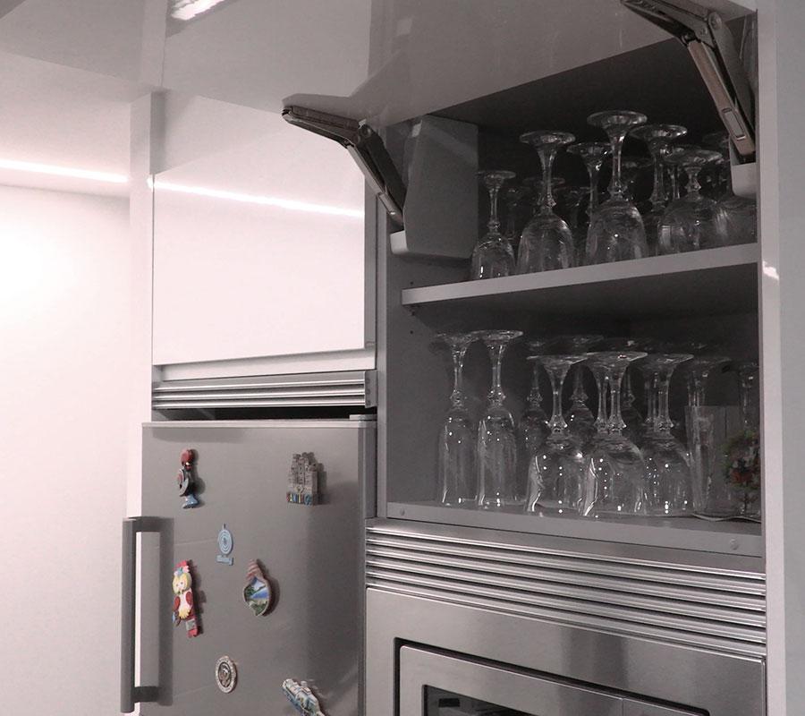 Interior de mueble alto abatible de cocina en color blanco brillo