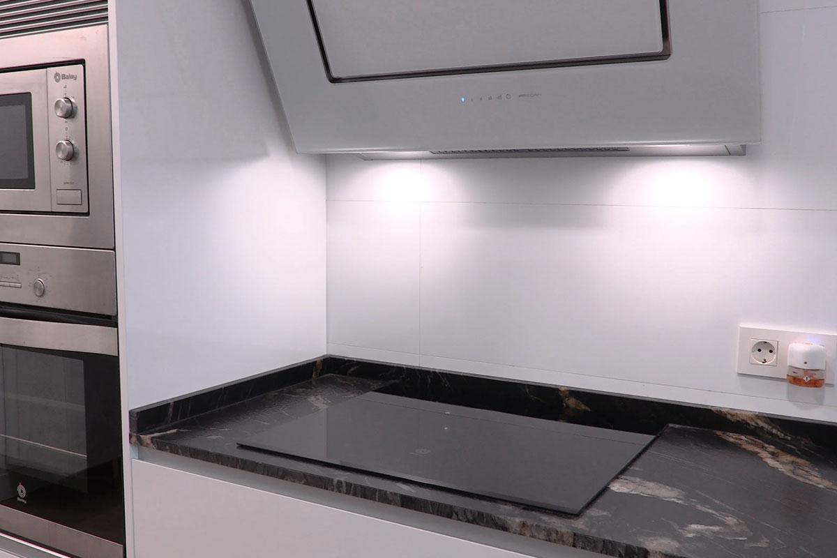 Placa de cocina con encimera en granito acabado Dark Pearl 3D de la casa Granith
