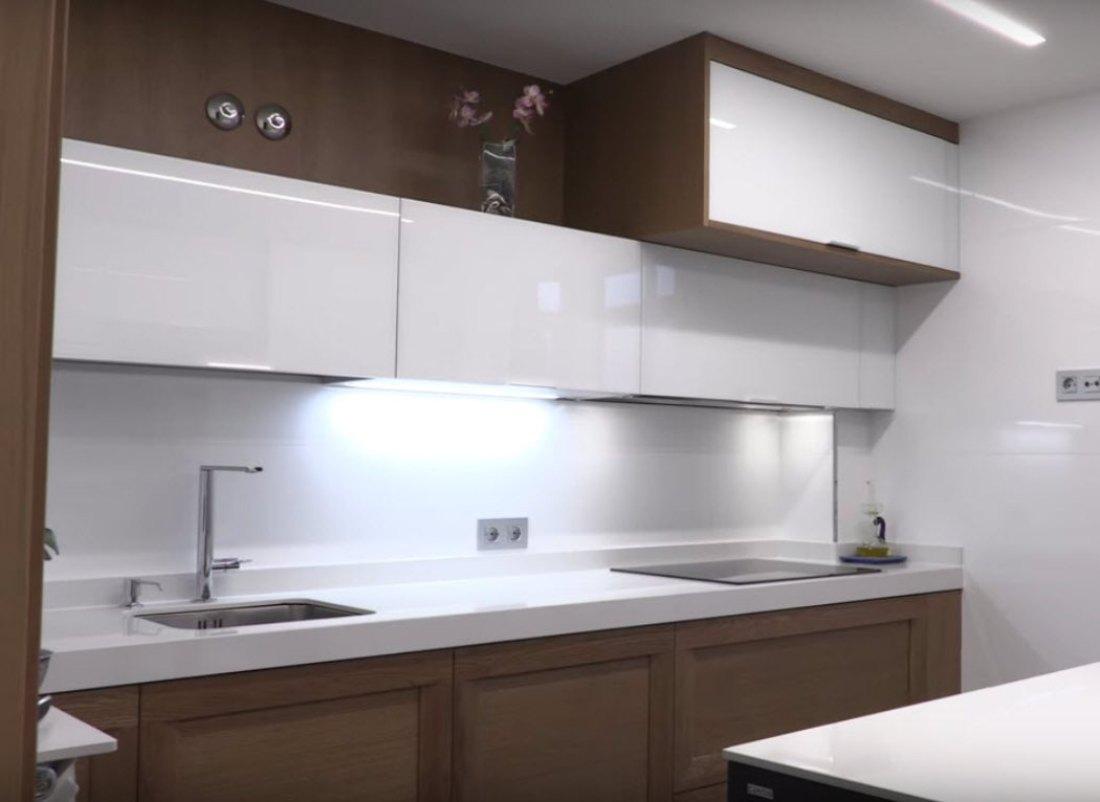 cocina-cristal-blanco-brillo-y-madera-3