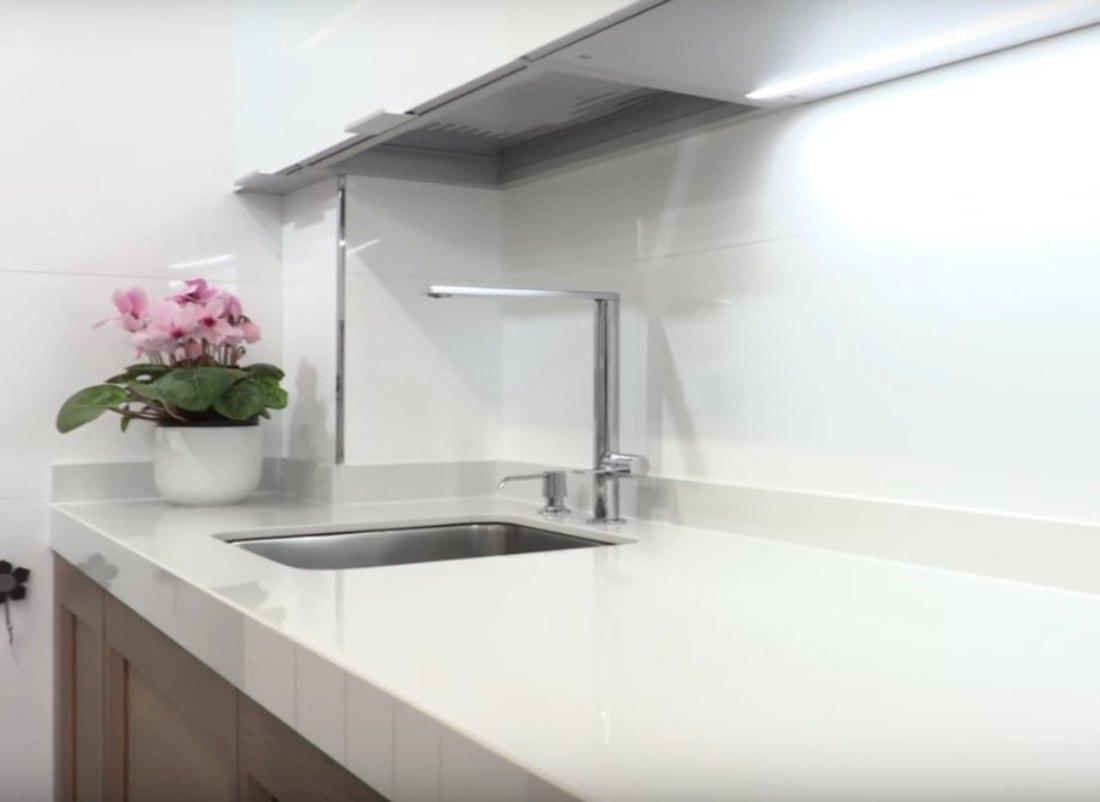 cocina-cristal-blanco-brillo-y-madera-4