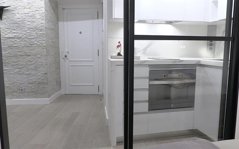 Vista de la cocina desde el dormitorio - Proyecto Reforma de estudio pequeño en León
