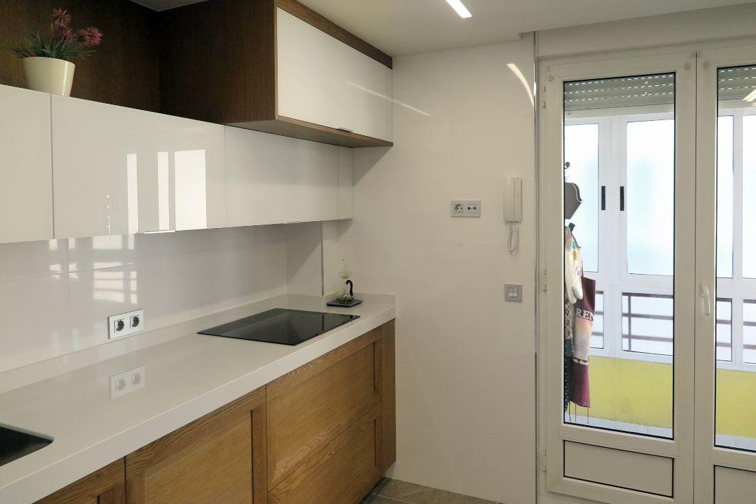 cocina-cristal-blanco-madera-1