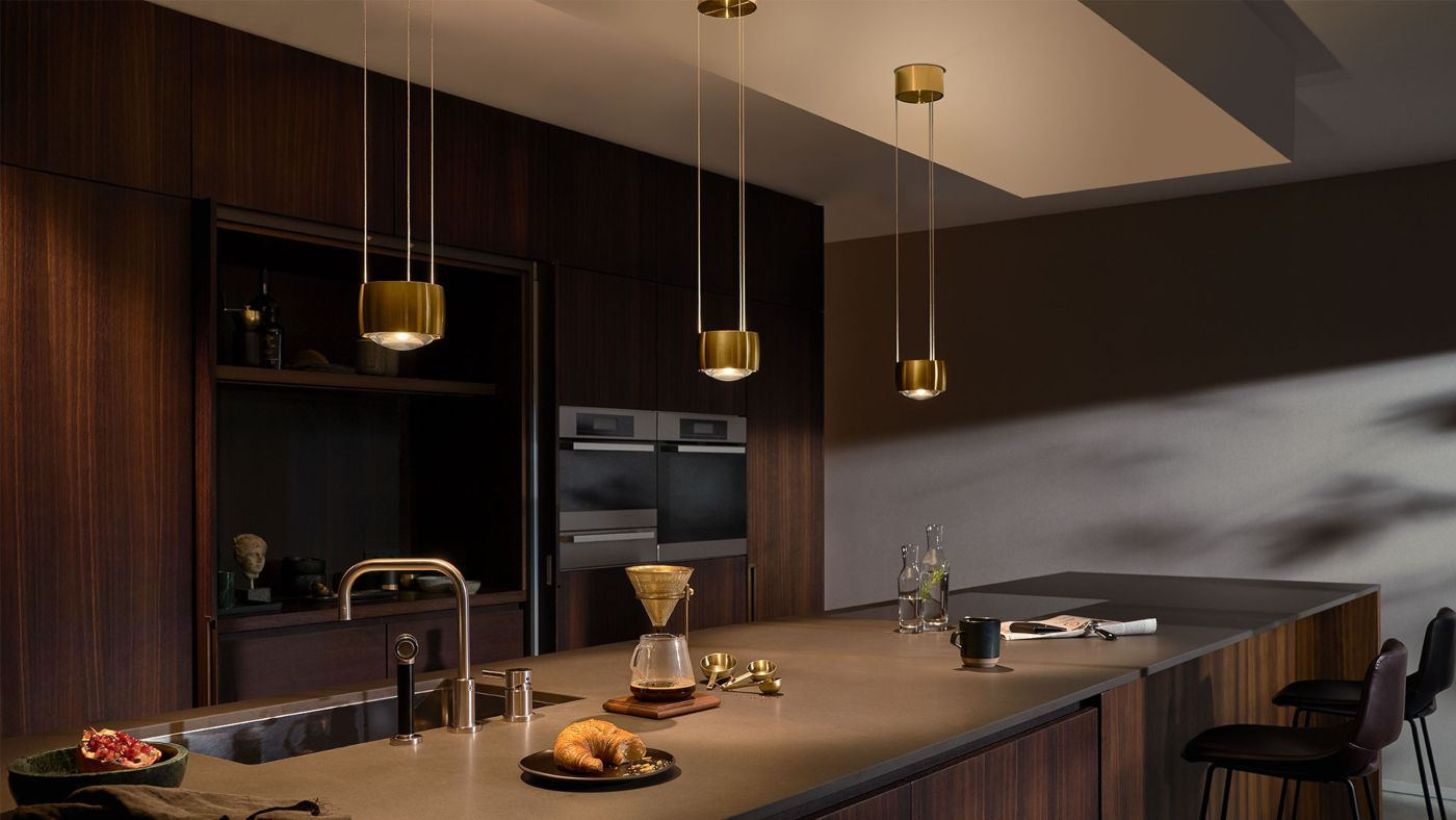 Cocina con iluminación SENTO suspendida acabado bronce de Occhio