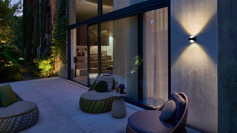 Porche de chalet de diseño con iluminación de pared modelo SITO firma Occhio