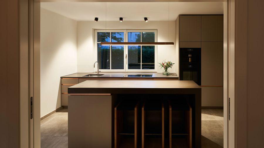 Cocina con iluminación modelo LUI a techo y modelo MITO lineal de Occhio