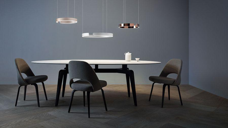 Mesa de comedor moderna con 3 lámparas inteligentes de techo - Occhio modelo Mito