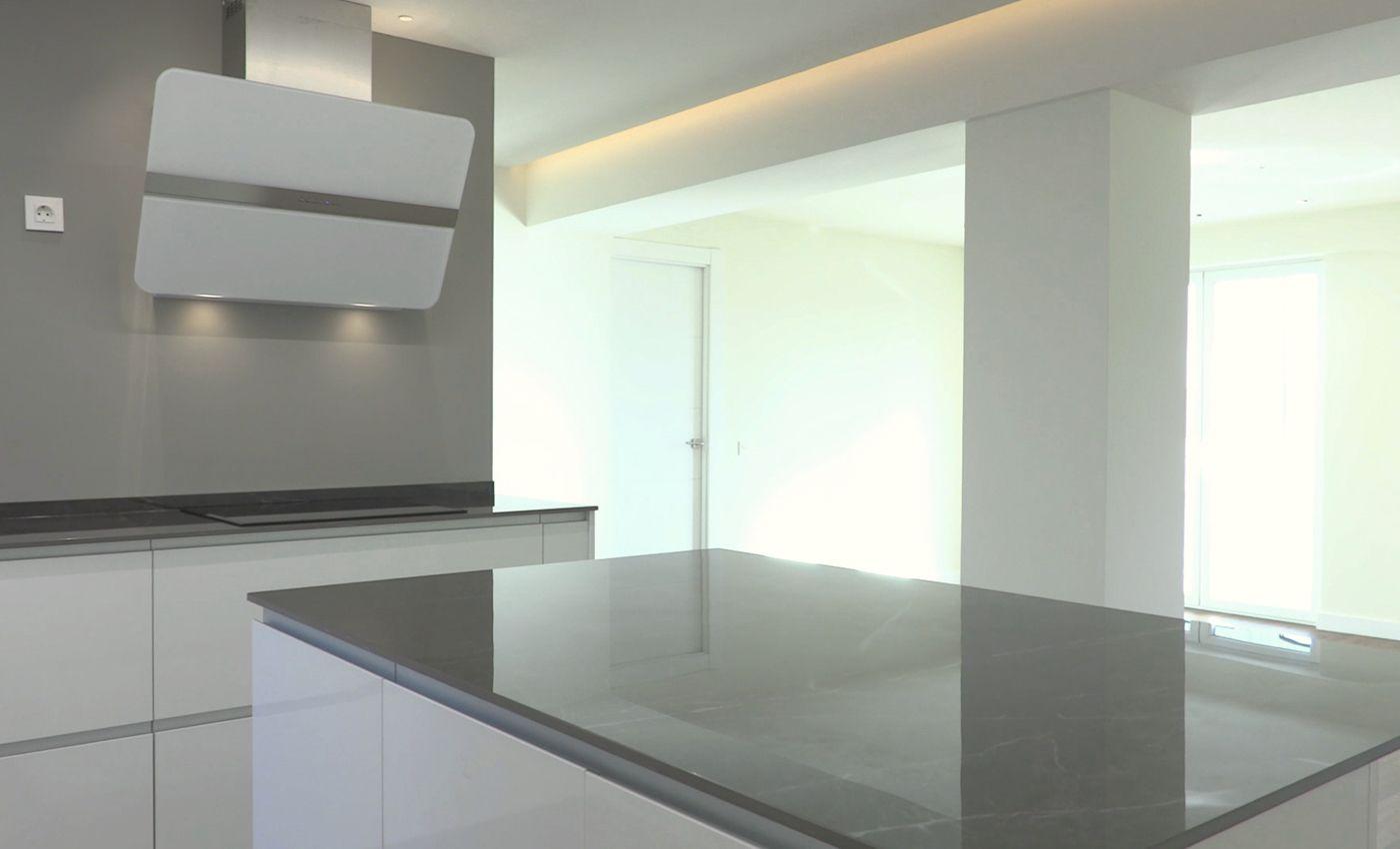 Cocina en blanco brillo con isla abierta al salón