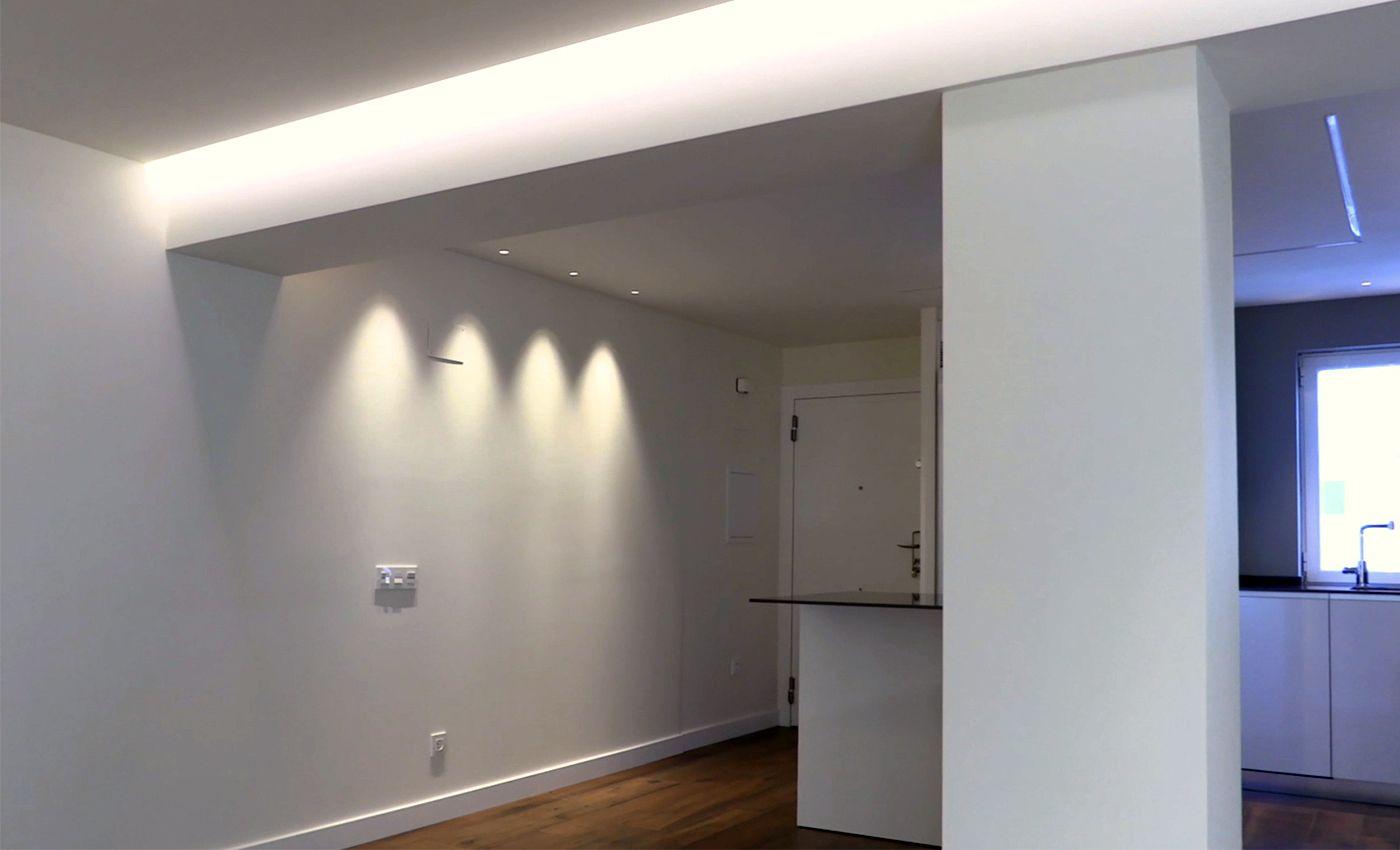 Vista de la entrada al piso en reforma integral con suelo radiante