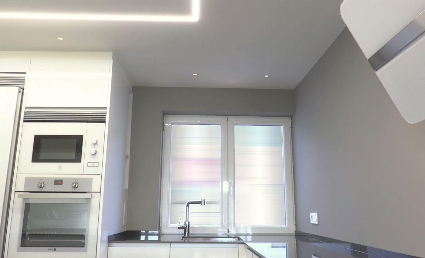 Cocina Senssia en acabado AR+ blanco brillo e iluminación led en el techo