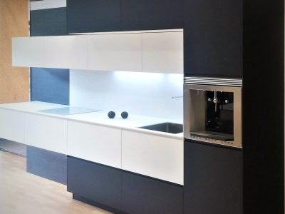 Cocina Mediterráneo. Aluminio compacto negro & blanco