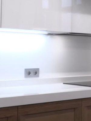 cocina-cristal-blanco-brillo-y-madera-destacada
